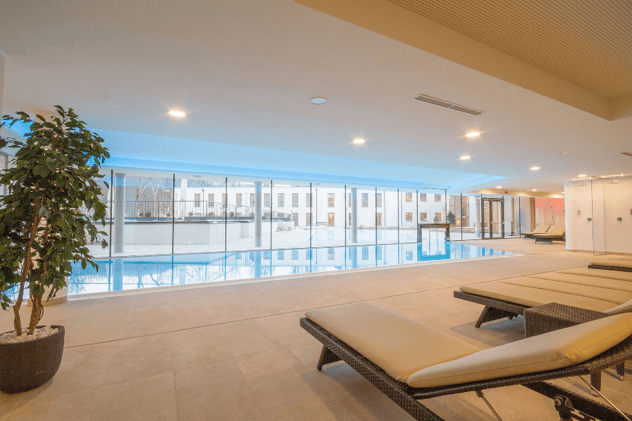 Indoor Pool Liegen